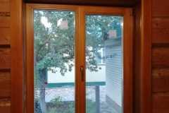 двухстворчатое деревянное окно с поворотно откидным механизмом