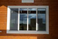 широкое белое деревянное окно