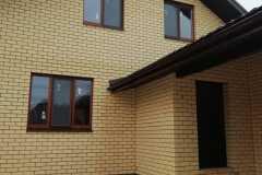 деревянные окна в коттедже вид спереди