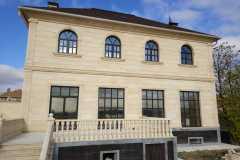 деревянные окна в двухэтажном доме - вид сзади дома