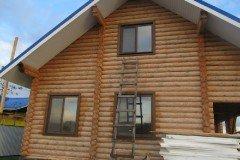 деревянные окна в строящемся доме из бруса