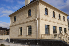 деревянные окна в двухэтажном доме - вид сбоку