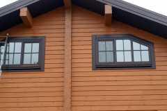 два деревянных окошка